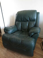 Lazy boy leather recliner chair / Fauteuil inclinable en cuir