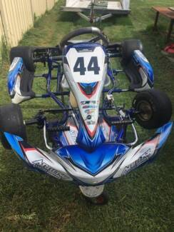 Arrow X4 Jnr Kart 6mths Old with lots of spares