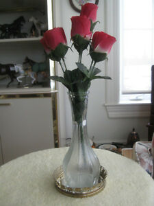 TALL ATTRACTIVE VINTAGE CLEAR GLASS VASE & CLUSTER of RED ROSES