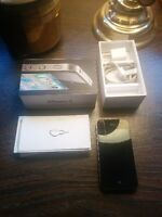 PERFECT CONDITION 32GB iPhone 4 - With Box and Charger!