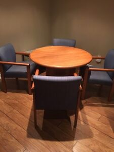Round solid wood table with 4 chairs Oakville / Halton Region Toronto (GTA) image 1