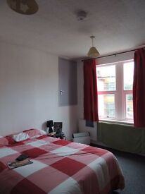 Double room in Large shared property 2 kitchens & 2 Bathrooms & 2 WC's in South Wigston LE18 4pl