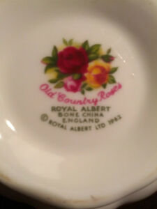 Royal Albert Old Country Roses 1962 China 8 place settings +++