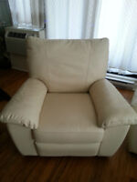 Fauteuil inclinable en cuir ivoire / Ivory leather recliner