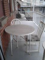 table avec 2 chaises a donner