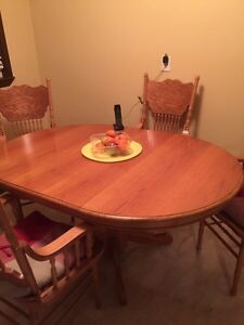 Solid Oak table with 6 chairs removable leaf to make smaller Kitchener / Waterloo Kitchener Area image 1