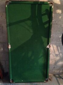 6 foot snooker/pooltable with cue's