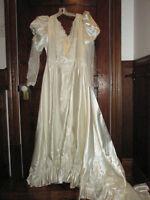 Très belle robe de mariée en satin de couleur blanc cassé.