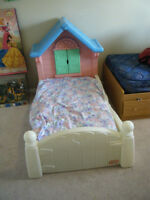 Castle bed with mattress (Little tikes)