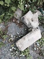 Six grosses pierres d'église à donner