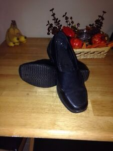 Ladies shoes. Size 8. LOCATED IN WESTBANK