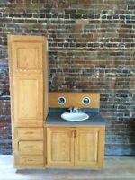 Vanité avec lavabo, robinetterie et lumière de plafond