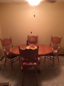 Solid Oak table with 6 chairs removable leaf to make smaller Kitchener / Waterloo Kitchener Area image 3