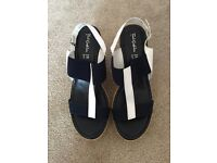 NAVY AND WHITE FOOT CUSHION WEDGE SANDALS SIZE 5