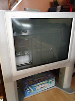 JVC iArt 32 inch Flat Screen TV with Stand and DVD / VCR Combo