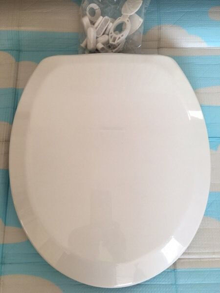 Quality toilet seat, brand-new with all fittings included, costs £49.95, bargain at £20