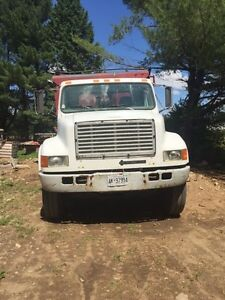 Single axel dump truck