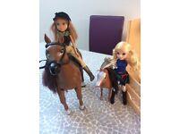 Moxi girl walking horse and stable set