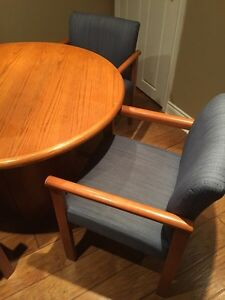 Round solid wood table with 4 chairs Oakville / Halton Region Toronto (GTA) image 2