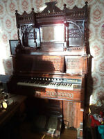 Antique parlor pump organ