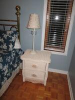 Table de nuit et lampe