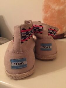 Size 7.5 Toms shoes  Cornwall Ontario image 2