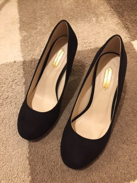 Black velvet medium heel shoes