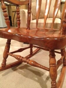 """SOLID WOOD BOSTON ROCKING CHAIR  LIKE NEW-----""""REDUCED"""" IN PRICE Windsor Region Ontario image 3"""