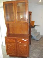 Vaisselier petit en bois travaillé et verre, 60 $ (80 $ livré)