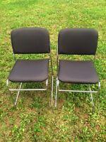 2 chaises -- presques neuves
