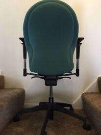 Swivelling and height adjustable office chair