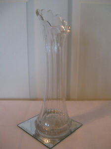 A CLASSIC OLD VINTAGE TALL GLASS VASE