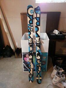 Ski Twin Tip Roxyl avec bottes Rossignol et bâtons pour femme