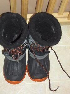 oshkosh boys winter boots size 31(size 12.5)