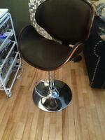 Chaise en cuire et bois