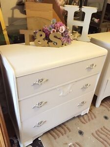 """GORGEOUS Antique dresser with 3 drawers -34""""x34""""x17.5""""-"""