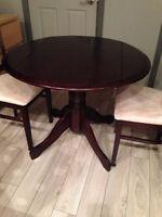 Table en bois massif avec 2 rallonges escamotables et 2 chaises