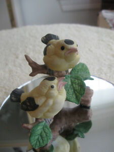 EXQUISITE LITTLE VINTAGE DETAILED YELLOW-BIRD CHINA FIGURINE