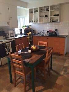 Cute Country Style Kitchen Table + 4 chairs. Pallet wood top West Island Greater Montréal image 1