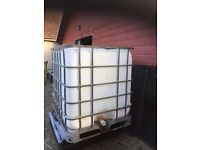 Large water container 1000L framed