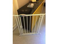 Pressure stair gate soft close can deliver
