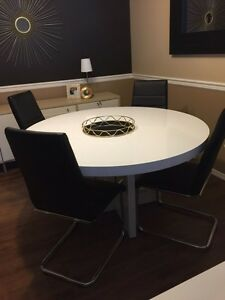 High gloss kitchen table WITH CHAIRS.
