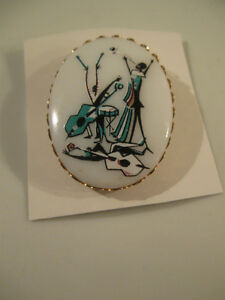 MUSICIAN'S VINTAGE OVAL BROOCH of the '60's