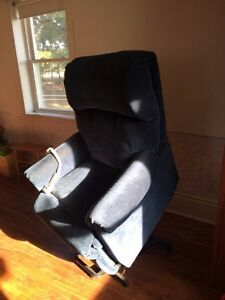 Motorized lazy boy chair with lift Kitchener / Waterloo Kitchener Area image 3