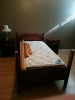 Lit baldaquin simple en bois avec deux tables de nuit