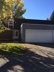 3 bed/2.5 bath/2 car garage townhouse in Canyon Meadows SW