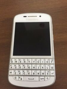 UNLOCKED Blackberry Q10 (white)
