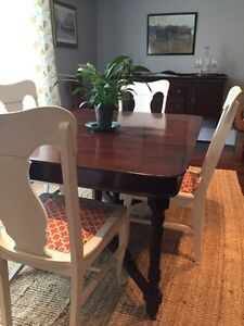 Beautiful antique dining table. Seats 10.