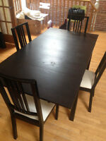 Great condition dinner table and chairs/ Table à manger, chaises