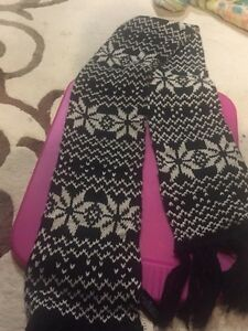 ****Brand New FOREVER 21 Scarf with tags****